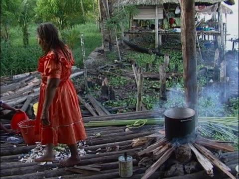 vídeos y material grabado en eventos de stock de close-up of a person cutting a log - encuadre de tres cuartos