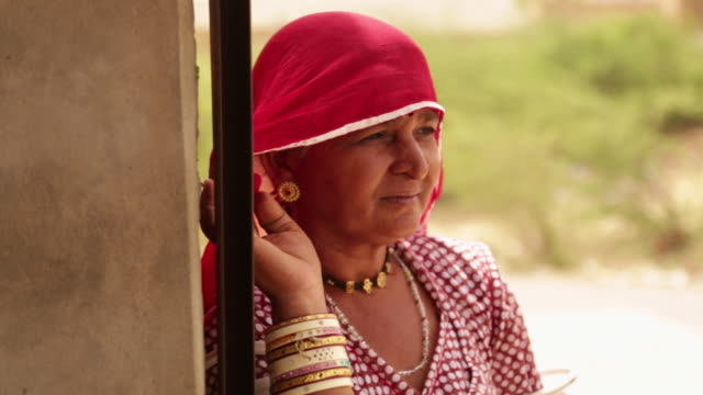 vídeos de stock, filmes e b-roll de close-up of a rajasthani woman, jaisalmer, rajasthan, india - só mulheres maduras