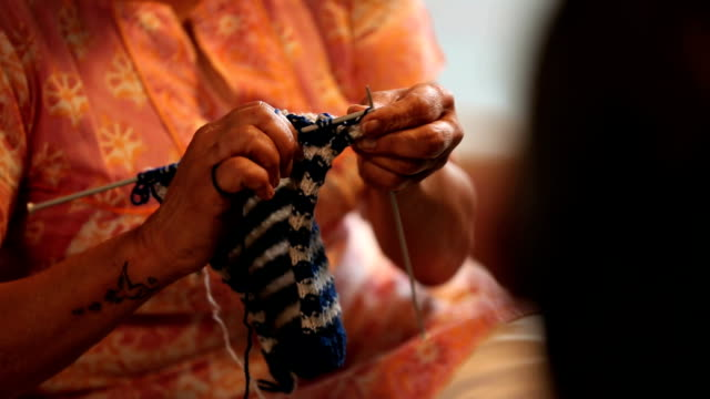 vidéos et rushes de close-up of a senior woman knitting at home, delhi, india - artisanat