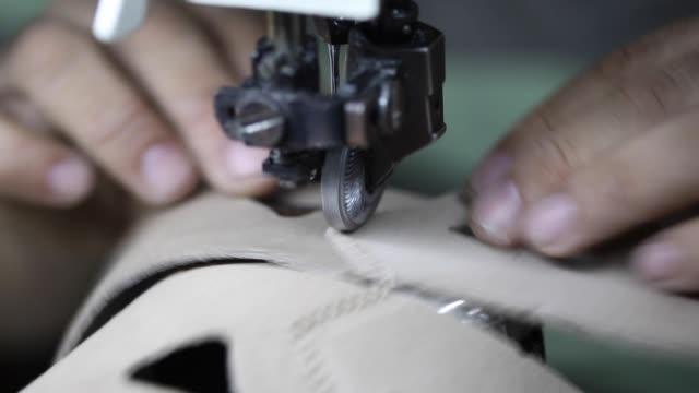 vidéos et rushes de gros plan de la main d'un cordonnier coutures un détail de chaussure - chaussures