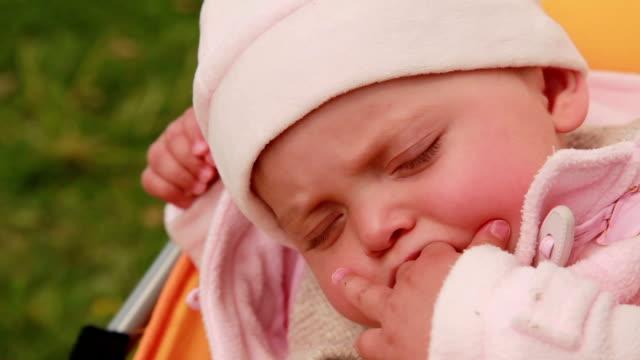 Close-up van een slapende baby in de kinderwagen