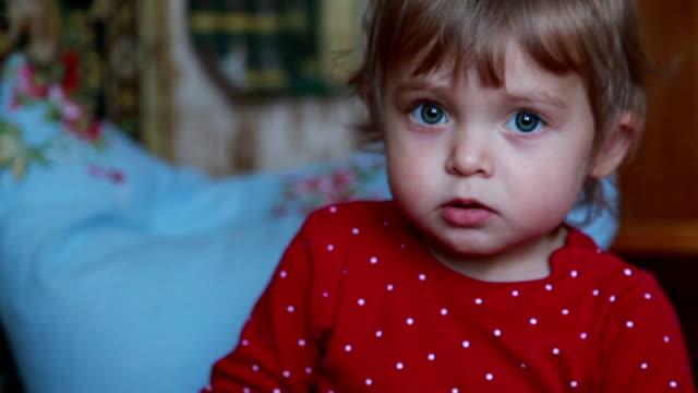 nahaufnahme eines überrascht babys blick in die kamera - kopf schütteln stock-videos und b-roll-filmmaterial