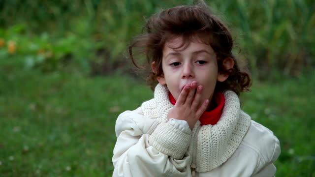 vídeos de stock e filmes b-roll de close-up of a tired child yawning - bocejar