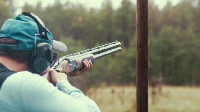 stockvideo's en b-roll-footage met close-up van een trap-shooter - jachtgeweer