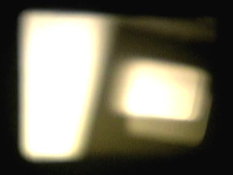 vidéos et rushes de close-up of a white glow on a screen - fondu d'ouverture