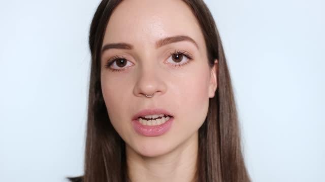vídeos de stock, filmes e b-roll de close-up de uma mulher que fala e que sorri - primeiríssimo plano