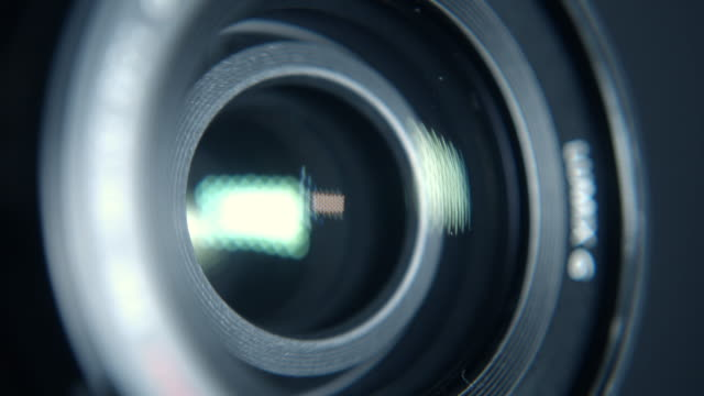 close-up of a working camera lens - persiana caratteristica architettonica video stock e b–roll