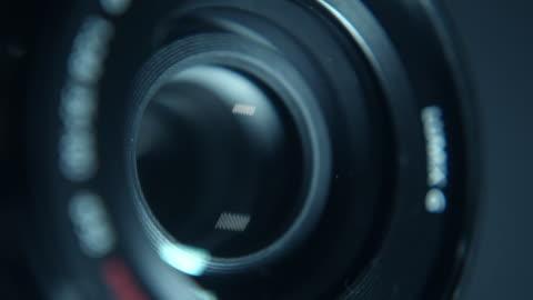 vídeos y material grabado en eventos de stock de primer plano de una lente de cámara en funcionamiento - cámara de televisión