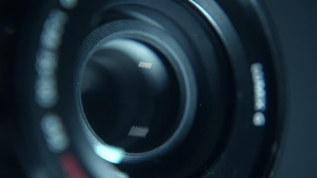 動作するカメラレンズのクローズアップ - テレビカメラ点の映像素材/bロール