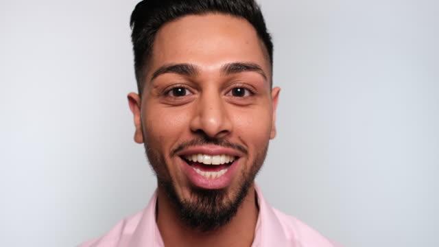 stockvideo's en b-roll-footage met close-up van een jonge man praten - eenvoud