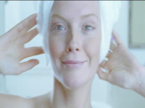 vídeos y material grabado en eventos de stock de close-up of a young woman drying her hair with a towel in her bathroom - toalla