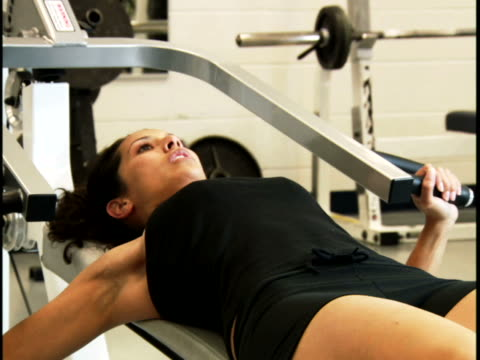 stockvideo's en b-roll-footage met close-up of a young woman exercising - gymbroek