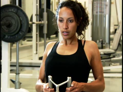 close-up of a young woman exercising - ノースリーブトップ点の映像素材/bロール