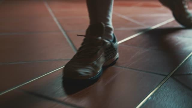 vídeos y material grabado en eventos de stock de primer plano del tirador activo caminando sobre suelo de baldosas - en guardia