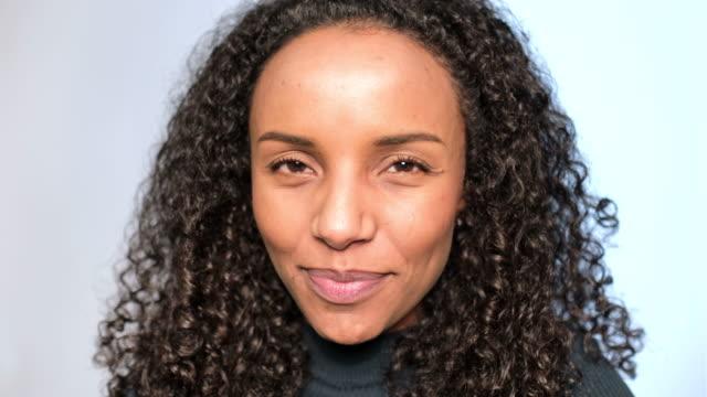 vídeos de stock e filmes b-roll de close-up of african woman staring at camera - retrato formal