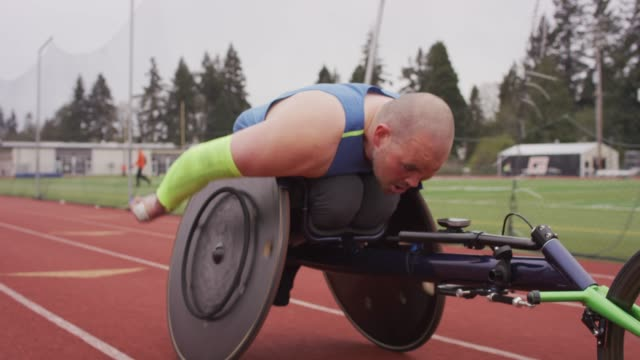 closeup of an intense adaptive athlete training - determinazione video stock e b–roll