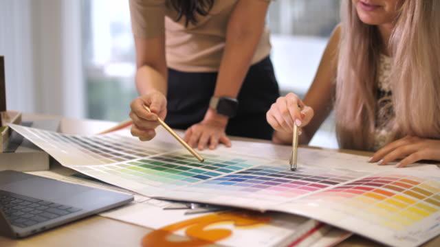 nahaufnahme von architekten und designern palette von farbentwürfen für arbeiten und multitasking im büro - wohngebäude innenansicht stock-videos und b-roll-filmmaterial