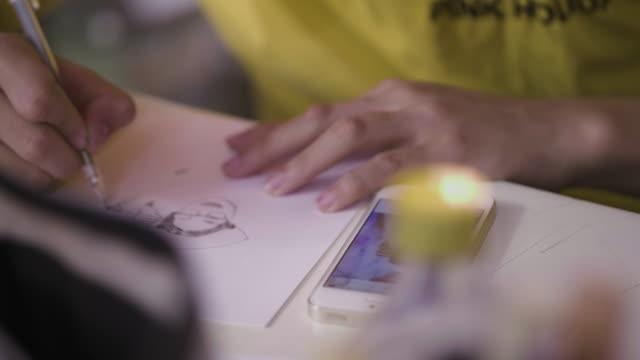 nahaufnahme der künstler zeichnung selbstporträt - loft stock-videos und b-roll-filmmaterial