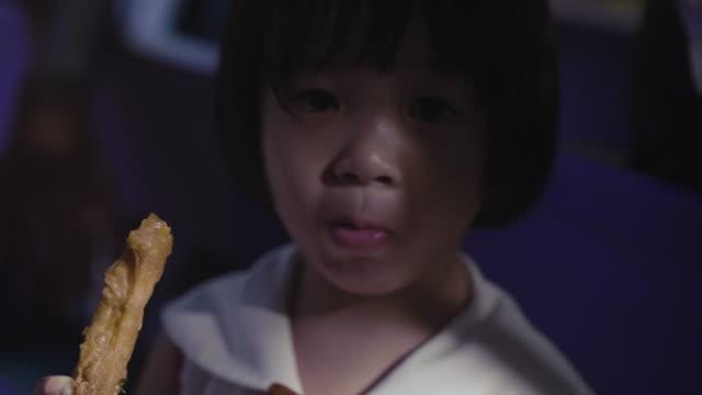 Närbild av Asien barn äta (sorg)