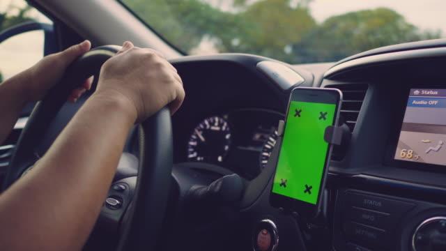 vídeos de stock, filmes e b-roll de close-up da mulher asiática usando smartphone no carro, tela verde - sistema de posicionamento global
