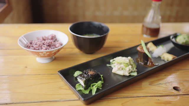 木製のテーブルにライスとスープを添えた豆腐メニューのクローズアップ。 - サラダドレッシング点の映像素材/bロール