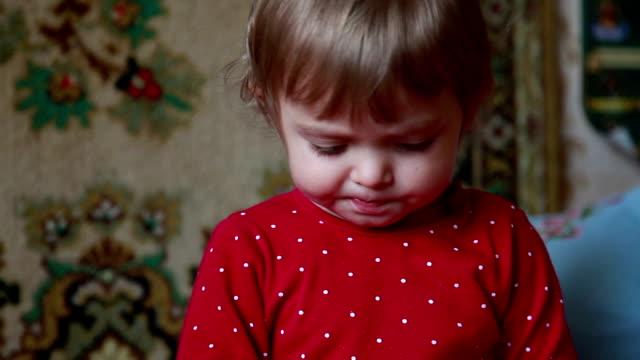 Närbild av baby tugga mat