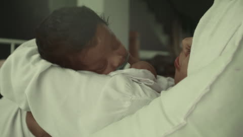 vídeos y material grabado en eventos de stock de primer plano del bebé que duerme - torso