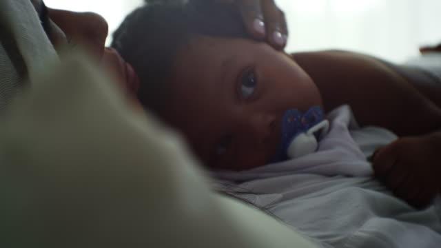 vídeos de stock, filmes e b-roll de close-up do bebê com a mãe - alimentando