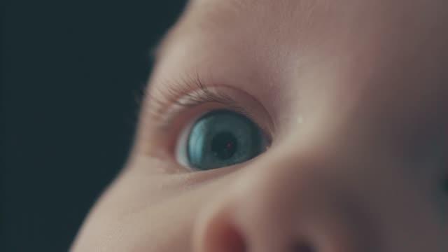 vidéos et rushes de gros plan sur les yeux du bébé - exploration