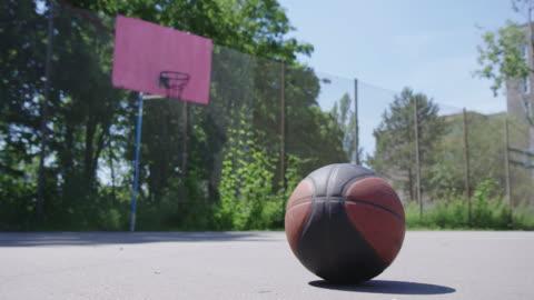 vídeos y material grabado en eventos de stock de primer plano de la pelota en la pista de streetball - ausencia