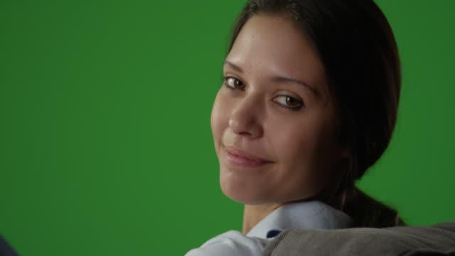 vídeos de stock e filmes b-roll de close-up of beautiful millennial caucasian woman converses in her chroma key room - articulação humana