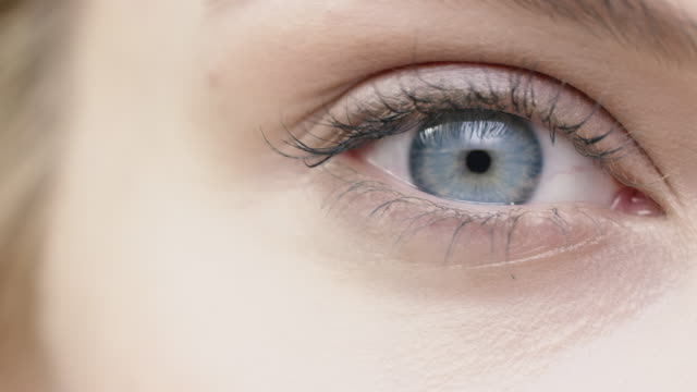 vídeos de stock e filmes b-roll de close-up of beautiful woman with blue eye - dolly shot