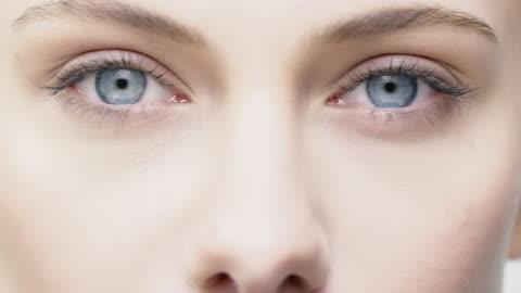 vídeos de stock, filmes e b-roll de close-up da mulher jovem e bonita com olhos azuis - sobrancelha