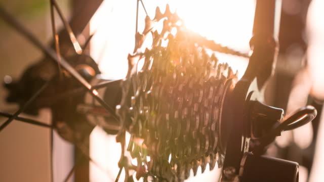 stockvideo's en b-roll-footage met close-up van fiets cassette tandwiel in beweging - sprocket