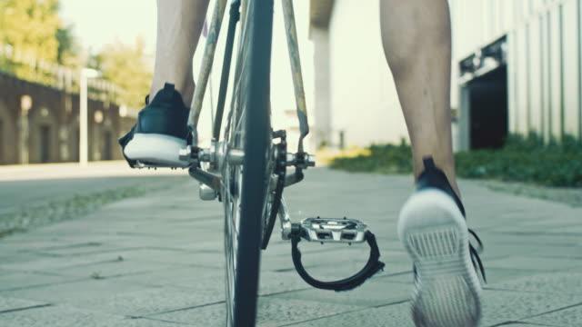 nahaufnahme der fahrradkurier ab, mit dem fahrrad - lässige kleidung stock-videos und b-roll-filmmaterial