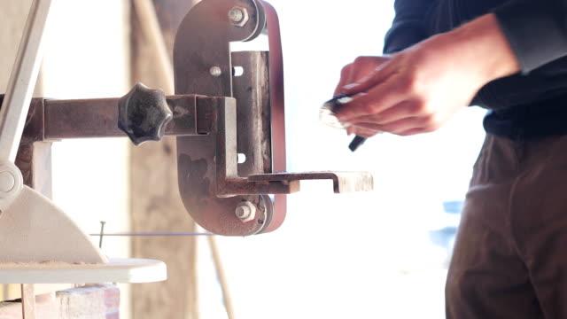 鍛冶屋シャープ ナイフのクローズ アップ - 研ぐ点の映像素材/bロール