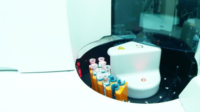 nahaufnahme des blut-analyse-geräte - maschinenbau stock-videos und b-roll-filmmaterial