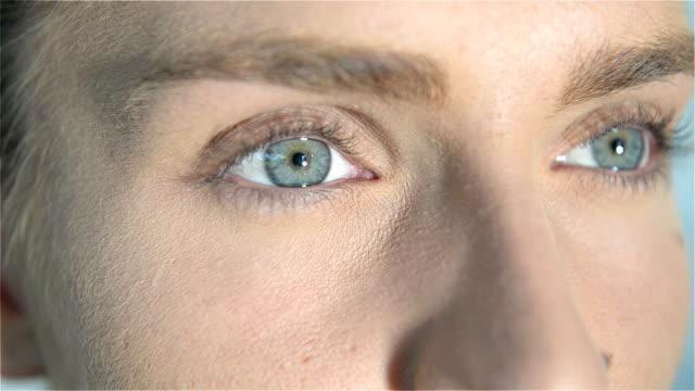 Nahaufnahme von blauen Augen