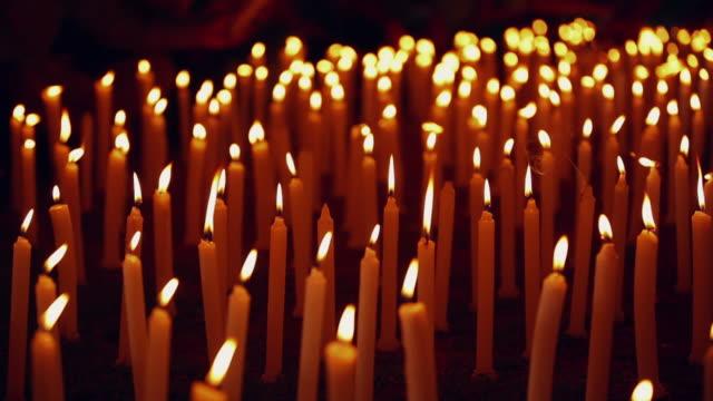vidéos et rushes de close-up of burning candles, delhi, india - violence