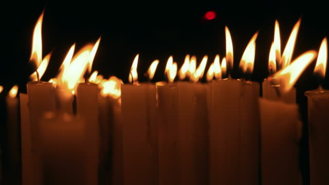 vídeos de stock e filmes b-roll de close-up of burning candles - memorial