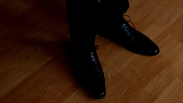vídeos y material grabado en eventos de stock de primer plano de pies de hombre de negocios en botas negras - planta del pie