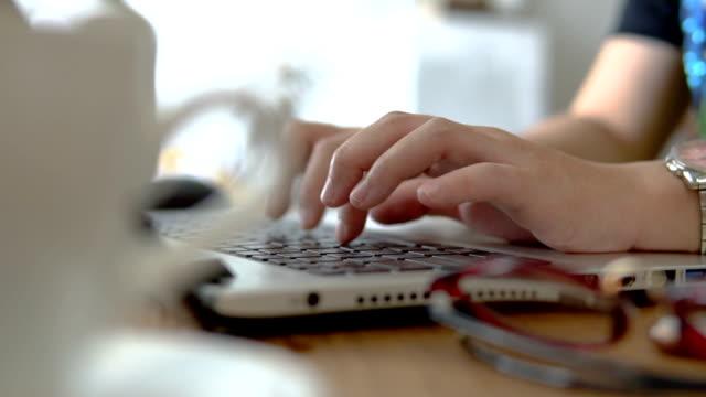 Nahaufnahme der geschäftsfrau mit Laptop am Schreibtisch im Büro