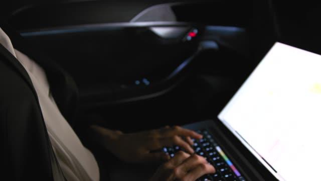 nahaufnahme der geschäftsfrau, die auf laptop im auto arbeitet - geschäftsreise stock-videos und b-roll-filmmaterial