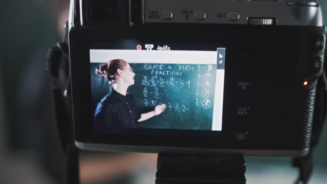 vídeos de stock, filmes e b-roll de close-up da câmera gravação professor streaming aula de matemática - tutorial