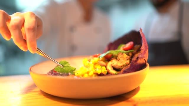 vídeos de stock, filmes e b-roll de close-up do cozinheiro chefe que prepara um prato - exatidão