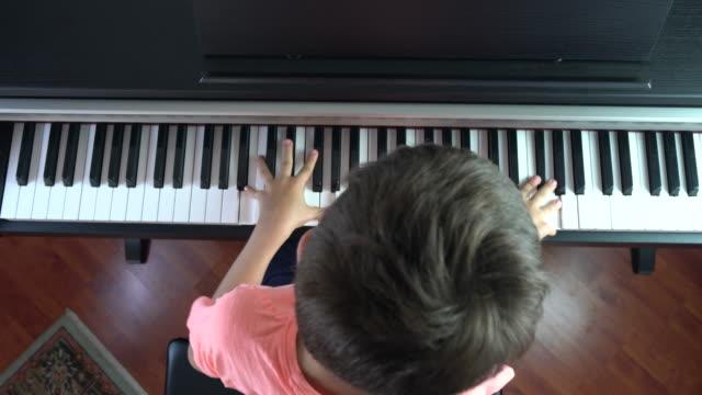 ピアノを弾く子供のクローズ アップ - ピアノ点の映像素材/bロール
