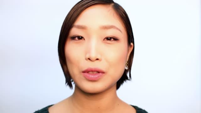 自信に満ちたアジアの女性のクローズアップ - 韓国人点の映像素材/bロール