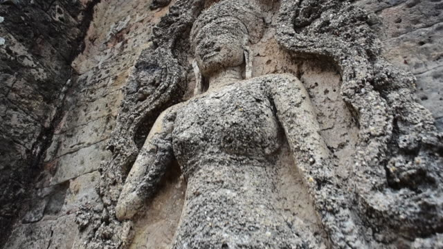 stockvideo's en b-roll-footage met close-up of damaged stone female sculpture on wall at famous ancient hindu temple - siem reap, cambodia - vrouwelijke gestalte