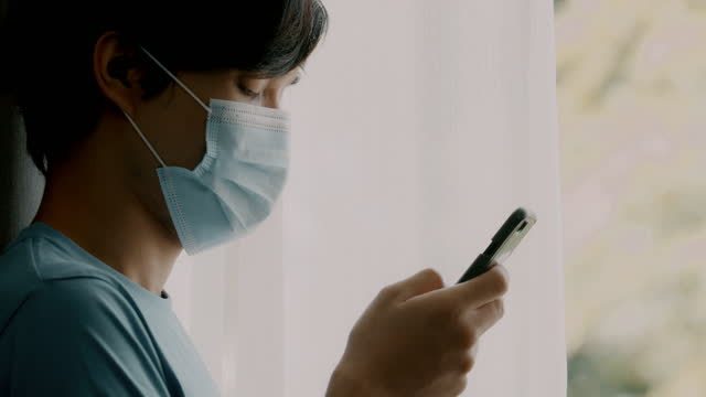 stockvideo's en b-roll-footage met close-up van gedeprimeerde huisquarantainemen die zijn telefoon gebruiken om voedsel te bestellen. - gewone snelheid