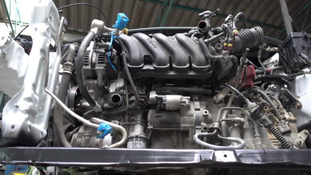 nahaufnahme des zerlegten komplizierte automotor in reparatur - chain object stock-videos und b-roll-filmmaterial